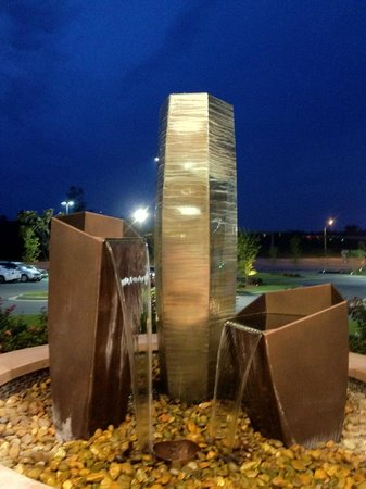 Embassy Suites by Hilton Fayetteville/Fort Bragg: Beautiful water sculpture in front of the Hotel