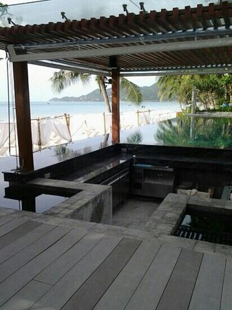 Synergy Samui Resort: Bar counter at the infinity pool.