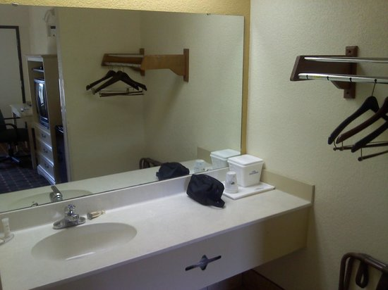 Howard Johnson Inn Santee: Bathroom outside.