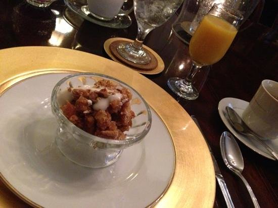 Violet Hill Bed and Breakfast: bread pudding with yogurt and pecans