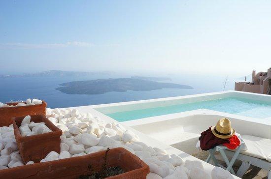ألكسندر فيلاز: Chilling by the pool with the stunning view of the volcano
