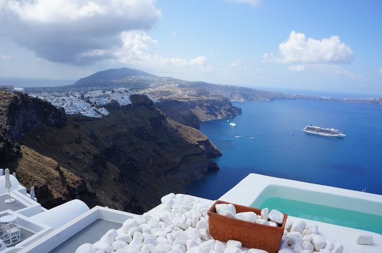 Alexander Villas: A view towards the cliff of Thira