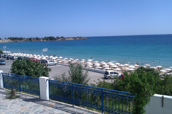 Stella Hotel: View of Pefkos Main Beach from Flyers Beach Bar