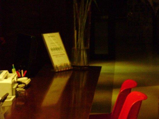 Monserrat Apart Hotel: Sobre a mesa da recepção. Fora de foca pois não deixaram entrar para fotografar