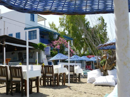 Gumusluk, Turquía: Hera apartments/restaurant viewed from the beach