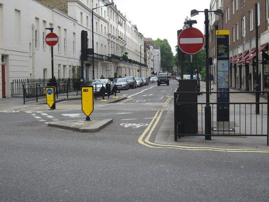 Lynton Hotel London: Street at hotel location