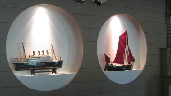 De Barge Hotel: Displays in the Dining Room