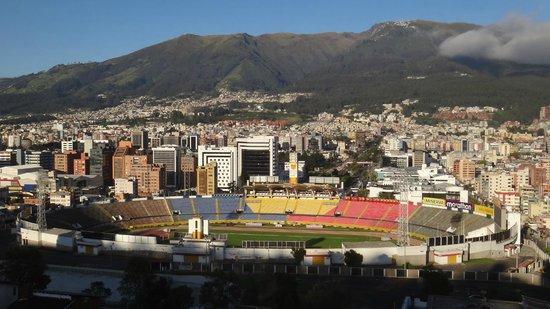 Stanford Suites Hotel: Moderna parte di Quito vista dall'hotel Standford Suites