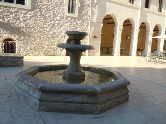 Hotellerie Notre Dame de Lumieres: fontaine dans la cour