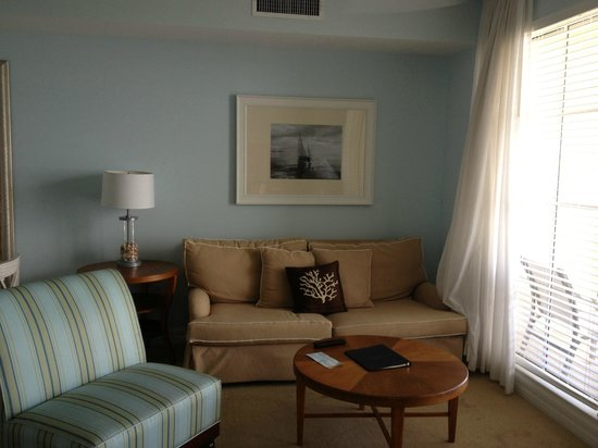 Harborside Suites: Sitting Area to enjoy the view or watch TV