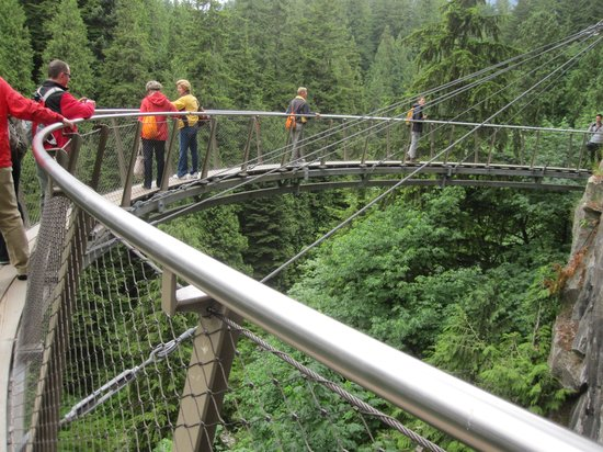 North Vancouver, Canada: Cliff Walk Horse shoe bridge
