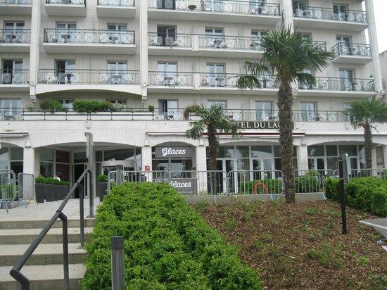 Hotel Barriere L'Hotel du Lac: Вход в отель