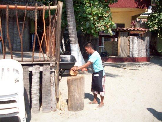 Colonia La Madera: opening coconuts on Madera beach