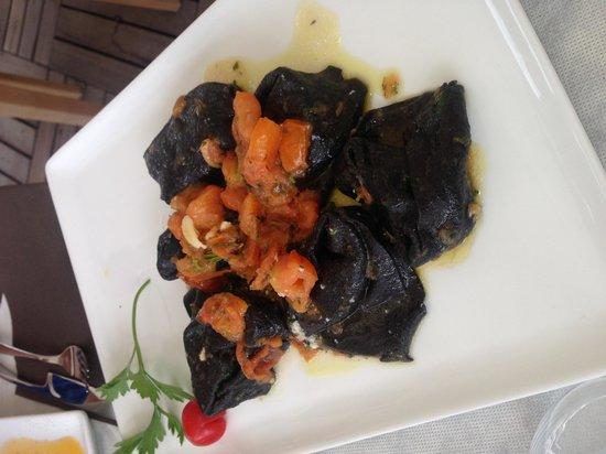Il Sandolino: Ravioli Nero di Sepia con branzino