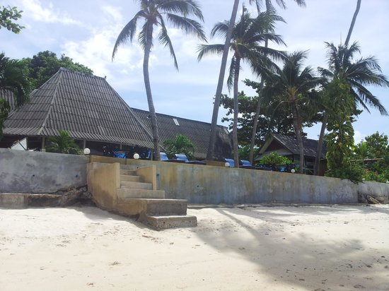 Weekender VIlla Beach Resort : Beach front Bungalow on the right fron the beach