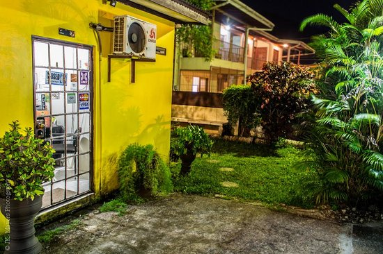Tony's Guest House : Tonys Guesthouse at night