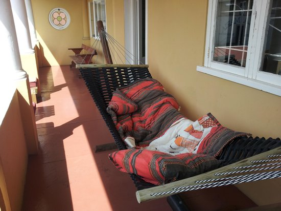 Amber Tree Lodge: The hammock on the second level balcony.