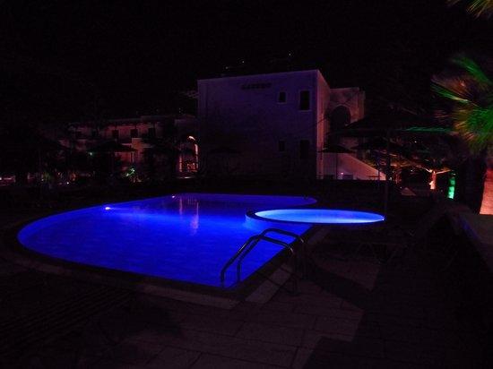 Castro Hotel Kamari: piscina di notte