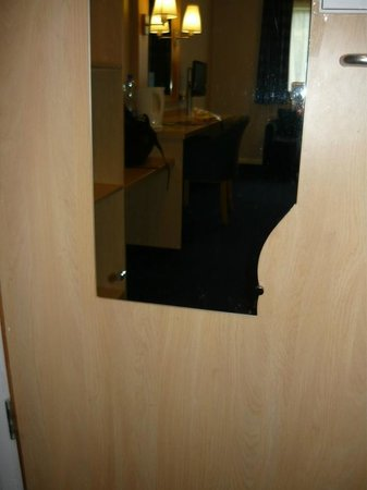 Travelodge Dublin Airport Swords: The broken mirror