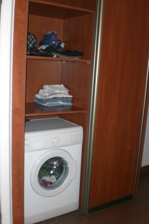 Ventus Rosa Apartments: Closet and washing machine