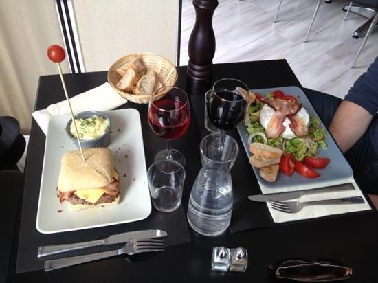 La Table 38 : Burger au foie gras et camebert au four