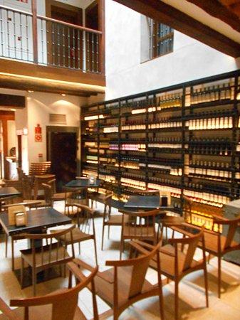 Posada del Leon de Oro: View of the Eating area atrium off the lobby