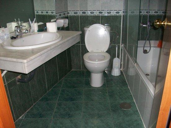 Marconfort Beach Club Hotel: small bathroom