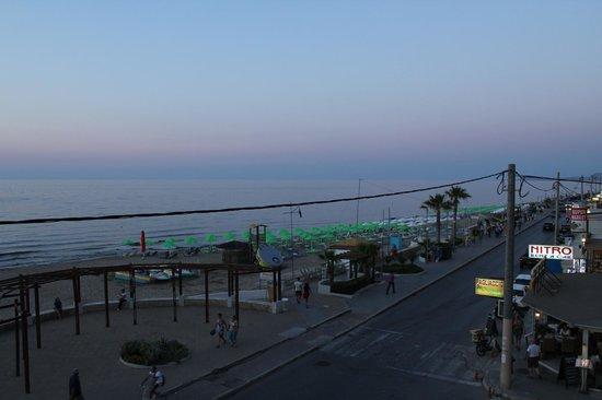 Steris Elegant Beach Hotel Apartment: Utsikten från vår balkong.