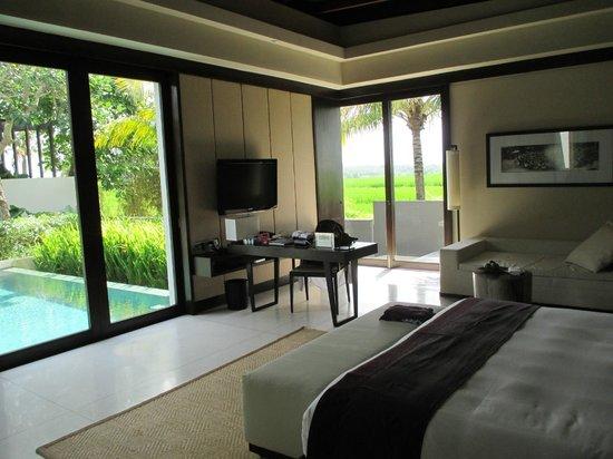 Soori Bali: vom Bett auf den Pool schauen oder aufs Feld