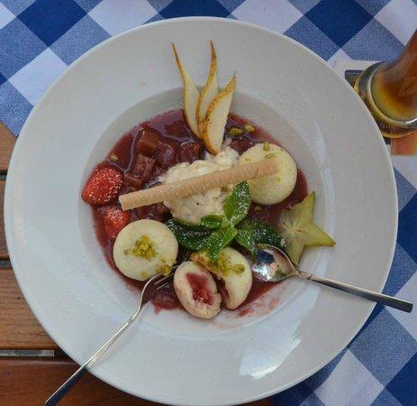 Oskar - Das Wirtshaus am Markt : Oskar's amazing ice cream and dumplings stiffed with strawberries