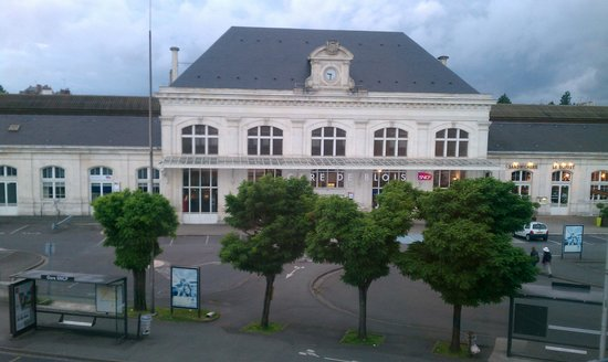 Best Western Blois Chateau : Train station, view from hotel hall window