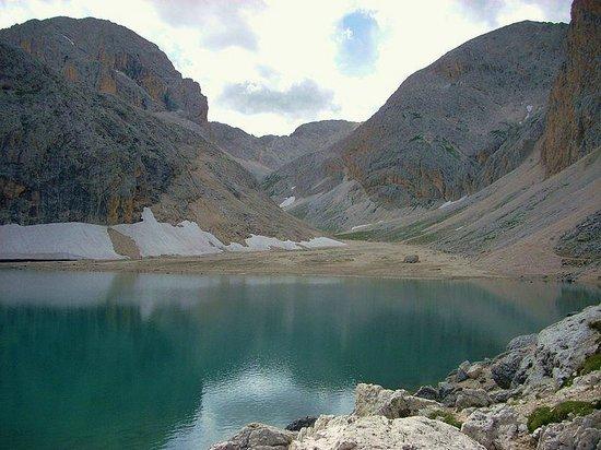 Mazzin, Italien: il lago ed i nevai che scendono dalle cime