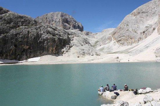 Antermoia Lake: il lago di Antermoia e il Catinaccio di Antermoia sullo sfondo a sinistra