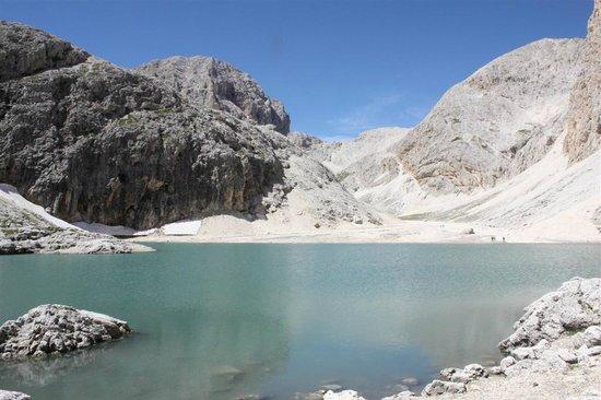 Antermoia Lake: il lago di Antermoia e il Catinaccio sullo sfondo