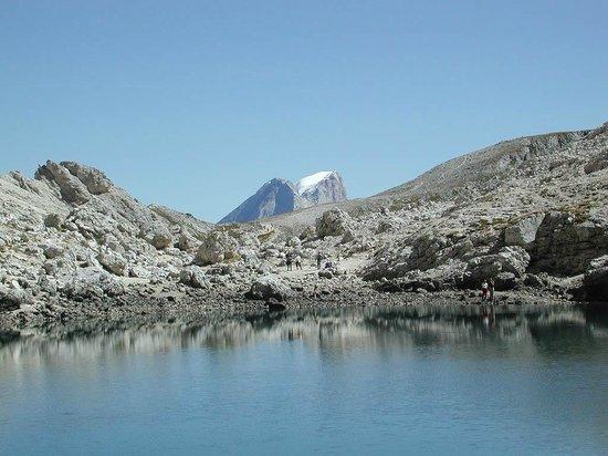Antermoia Lake: la Marmolda sullo sfondo del lago di Antermoia