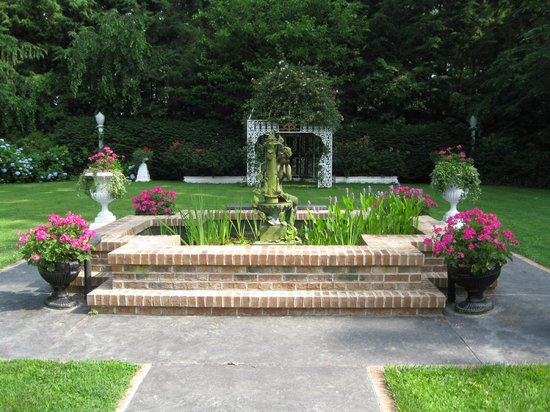 Melange Bed and Breakfast: Front fountain