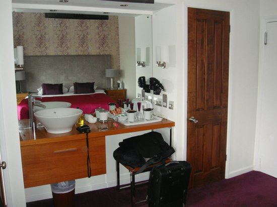 Jessop House : Dressing table in room