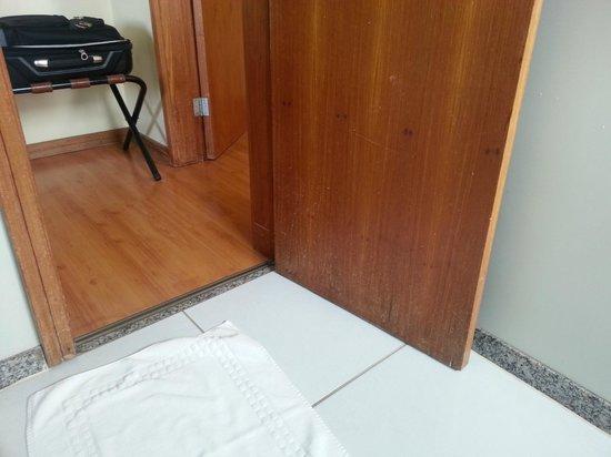 Promenade Champagnat: Porta Banheiro - Detalhe conservação a melhoria
