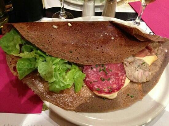 Le Bonheur Est Dans le Blé : galette raclette, andouille,jambon sec, rosette et pommes de terre