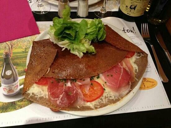 Le Bonheur Est Dans le Ble: galette montagnarde. raclette, tomate, jambon sec et emmental
