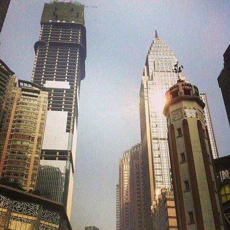 Somerset Jiefangbei Chongqing : Chongqing - det byggs överallt! Ofärdiga skyskrapor varvas med färdiga.