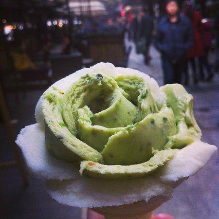Somerset Jiefangbei Chongqing : Den här fina glassen köpte vi nedanför hotellet.