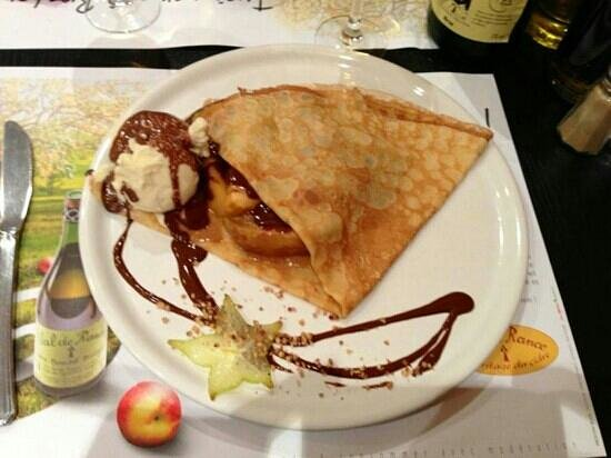 Le Bonheur Est Dans le Blé : crepe pommes caramélisées,  boule vanille et chocolat chaud