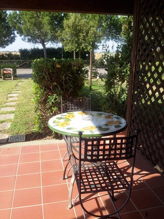 Fattoria Maremmana: Il tavolino sotto la veranda