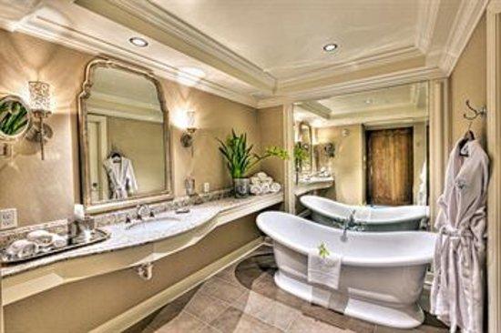 Hotel Ballard: Suite Bathrooms