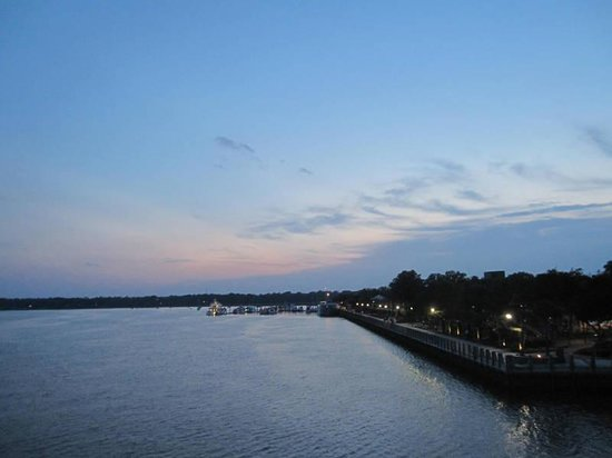 Best Western Sea Island Inn: Evening along the waterfront, Beaufort SC