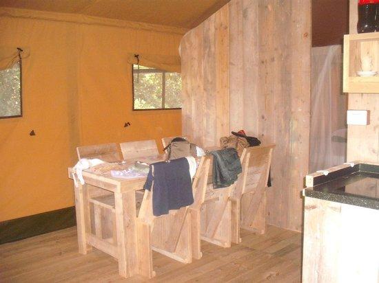 Camping Village Rosselba le Palme: tavolo interno
