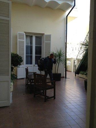 Hotel Posada del Virrey: patio interior donde están las piezas del primer piso