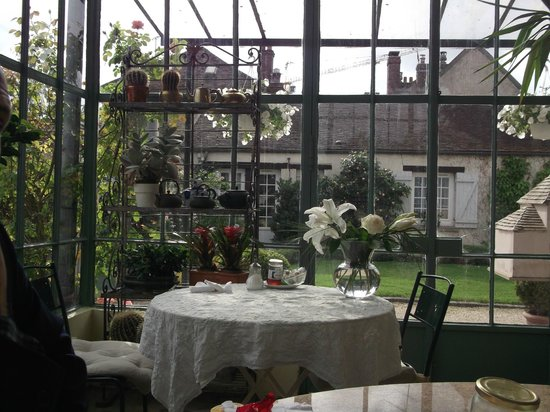 Le Clos Saint Nicolas: dining room table view