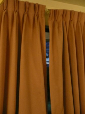Country Inn & Suites Seattle-Tacoma International Airport : As far as curtains would close with broken rod